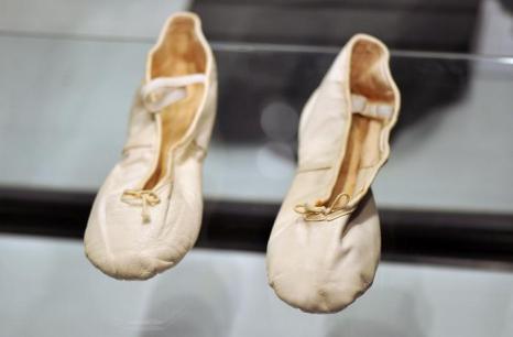 Туфли Фредди Меркьюри на аукционе Bonhams. Фото: Bethany Clarke/Getty Images