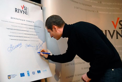 Денис Силантьев подписывает «Декларацию уважения» в Киеве. Фото: Владимир Бородин/Великая Эпоха/The Epoch Times