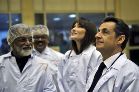 Николя Саркози, президент Франции, и Карла Бруни-Саркози посещают Индийский центр исследования   космоса  (ISRO), 4 декабря, Бангалор, Индия. Фото: Pascal Le Segretain/Getty Images