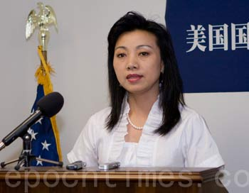 Исполнительница на эрху, Мэй Сюань, рассказывает, как китайские спецслужбы тайно похитили её мужа   в шанхайском аэропорту. Фото: Ли Ша/The Epoch Times