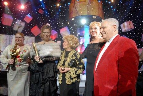 Михаил Воронин, Александра Кужель, Евгения Басалаева (вторая слева), Наталья Романова (слева) на церемонии награждения премией «Человек года — 2009». Фото: Владимир Бородин/The Epoch Times