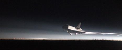 Фоторепортаж о возвращении космического челнока Atlantis. Фото: BRUCE WEAVER/AFP/Getty Images