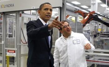 Президент США Барак Обама (слева) с вице-президентом по инженерно-техническим вопросам Беном Бирманом во время осмотра компании солнечных панелей Solyndra 26 мая 2010 года в Фермонте, Калифорния. В сентябре 2011 года Solyndra после закрытия операций и увольнения 1100 работников компании отозвалась на 11 главу Кодекса США о банкротстве. Фото: Paul Chinn-Pool /Getty Images
