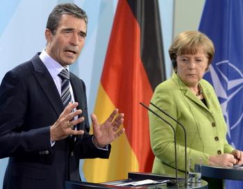 Генеральный секретарь НАТО Андерс Фог Расмуссен и канцлер Германии Ангела Меркель на пресс-конференции в пятницу в Берлине отвергли угрозы России по поводу противоракетного щита НАТО.  Фото: ODD ANDERSEN/AFP/GettyImages