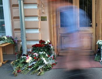 Цветы у королевского посольства Норвегии в Москве, которые люди принесли в память о жертвах взрыва в Осло. Фото РИА Новости