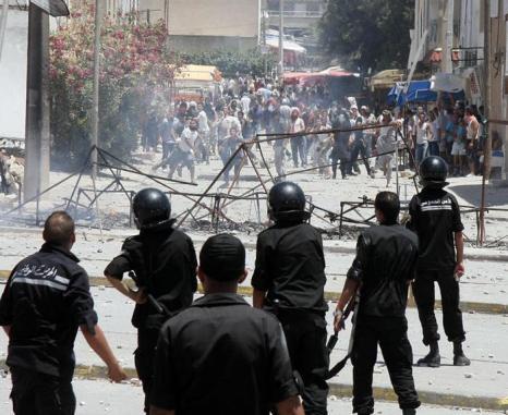 Массовые беспорядки в Тунисе 12 июня. Фото: STRINGER/AFP/GettyImages