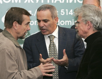 Лев Пономарёв, Гарри Каспаров и Эдуард Лимонов. Фото:  MAXIM MARMUR/AFP/Getty Images