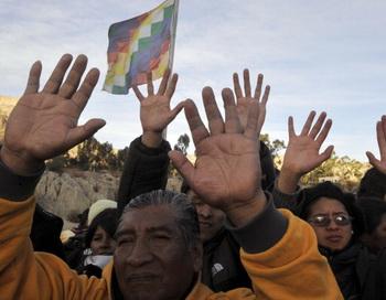 В Боливии тридцать вооружённых полицейских  захватили казармы вблизи президентского дворца. Фото: AIZAR RALDES/AFP/GettyImages