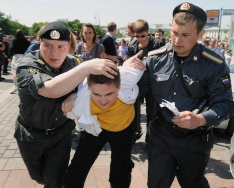 Фоторепортаж о параде геев в столице. Москва наносит ответный удар. Фото: ALEXANDER NEMENOV/AFP/Getty Images