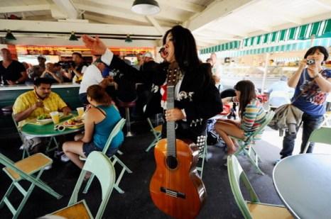 Фоторепортаж с мексиканского праздника Чинко де Майо в Лос-Анджелесе. Фото: Kevork Djansezian/Getty Images