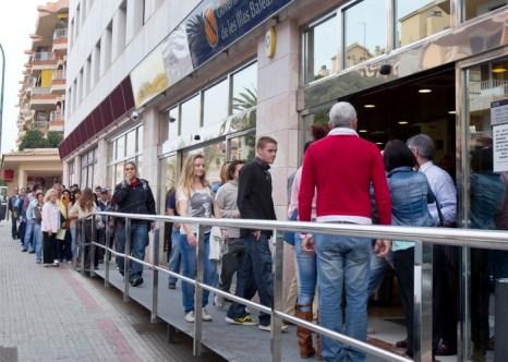 В Европе увеличивается число безработных. Люди входят в здание по трудоустройству в Пальма де Мальёрке, Испания. Фото: JAIME REINA/AFP/GettyImages