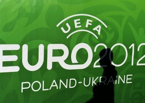 Ядовитые футболки европейского чемпионата по футболу. Лого чемпионата. Фото: PATRIK STOLLARZ/AFP/GettyImages