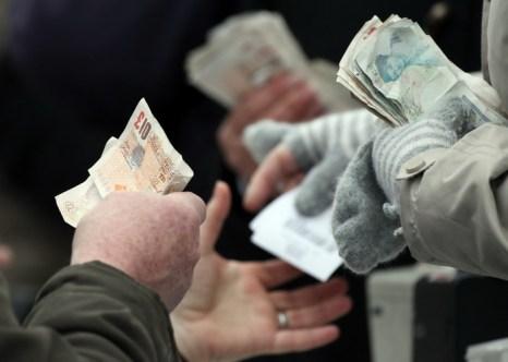 Направление потока денег указывает на критичность финансового состояния. Фото: Matt Cardy/Getty Images