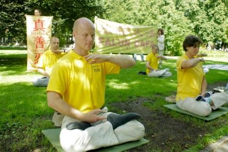 Демонстрация упражнений в Верманском парке. Фото:  Андрей Аболтиньш/Великая Эпоха (The Epoch Times)