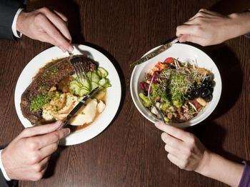 Многие люди реагируют на вегетарианцев, как на народ экзотического племени, сначала восхищаясь ими, а потом поднимая на смех. Фото: Фото: ruhrnachrichten.de