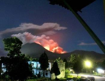 В Индонезии извергается вулкан Локон. Фото: сайт sueddeutsche.de