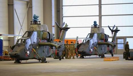 В аэропорту Лейпциг/Халле 13 декабря 2012 г. боевой вертолёт Еврокоптер Тайгер был погружен в транспортный самолёт для отправки в Афганистан. Фото: Sean Gallup/Getty Images