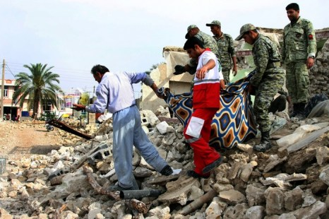 Иранские солдаты помогают жителям собрать вещи после землетрясения магнитудой 6,1 баллов вблизи портового города Бушер 10 апреля 2013 г. Фото: STR/AFP/Getty Images