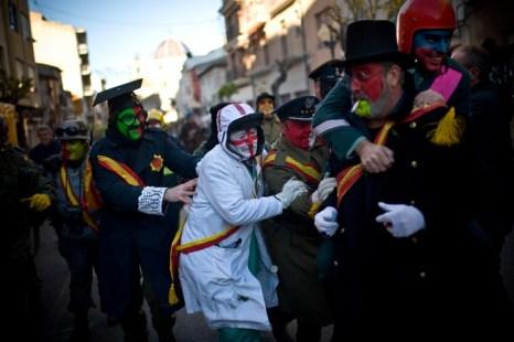 В испанском городке Иби празднуют ежегодный праздник Els Enfarinats – битва мукой и яйцами 28 декабря 2012 г. Фото: David Ramos/Getty Images