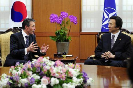 Генеральный секретарь НАТО Андерс Фог Расмуссен прибыл в Южную Корею с трёхдневным визитом 11 апреля 2013 г. Фото: Kim Min-Hee - Pool/Getty Images