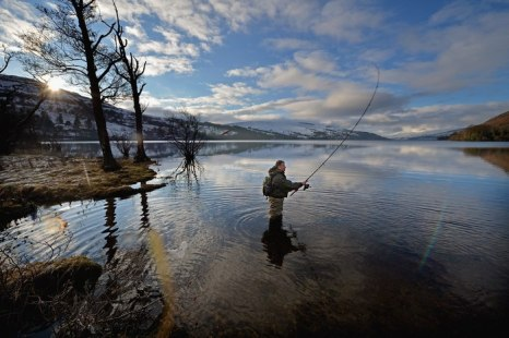 На реке Тэй поблизости от шотландского поселения Кенмор рыбаки собрались для традиционного открытия сезона отлова лососей 15 января 2013 г. Фото: Jeff J Mitchell/Getty Images