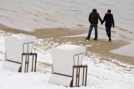 На озере Ванзее в Берлине по традиции купальный сезон открывается в страстную пятницу, даже если идёт снег и холодно. В праздничные дни вход на пляж бесплатный. 29 марта 2013 г. Фото: Adam Berry/Getty Images