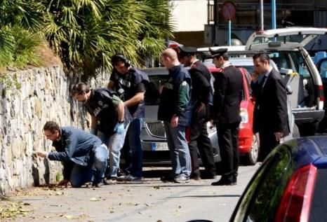 Полиция проводит расследование на месте, где Роберто Адинольфи, выходя из дома, был ранен в ногу двумя мужчинами на мотоцикле. Фото: PAOLO RATTINI/AFP/GettyImages)