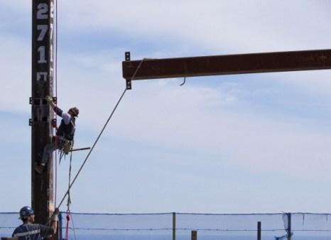Рабочий Билли Джеогэн (Billy Geoghan) спускается по железной колонне, установленной на 101 этаже небоскрёба «Башня Свободы» в Нью-Йорке. Фоторепортаж. Фото: Mario Tama/Getty Images