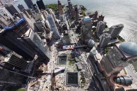 Вид мемориала на месте крушения небоскрёбов всемирного торгового центра с высоты строящегося небоскрёба «Башня Свободы» в Нью-Йорке. Фоторепортаж. Фото: Mario Tama/Getty Images