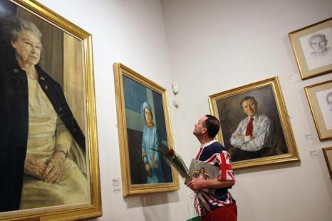 Посетитель рассматривает картины на открытии выставки Королевского общества портретистов в Лондоне. Фоторепортаж. Фото: Dan Kitwood / Getty Images