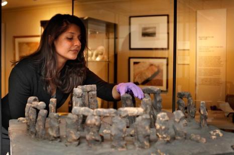 Энни Кемкаран-Смит (Annie Kemkaran-Smith), куратор выставки «Стоунхендж – монументальное путешествие», подготавливает её к открытию. Фоторепортаж. Фото: Rosie Hallam/Getty Images