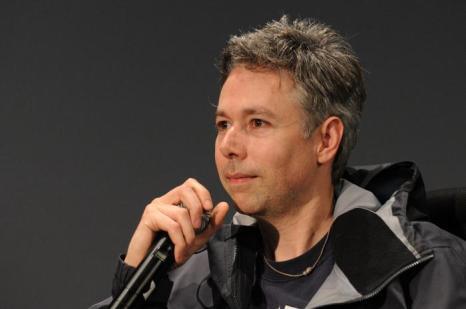 Режиссер и музыкант Адам Яук говорит на сцене компании Apple Soho 2 мая 2008 года в Нью-Йорке. Фоторепортаж. Фото: Bryan Bedder / Getty Images