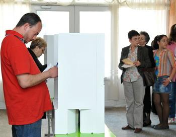 Жители Армении голосуют на избирательном участке в Ереване. Фото: KAREN MINASYAN/AFP/GettyImages
