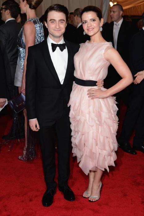 Дэниел Рэдклифф (Daniel Radcliffe) и Роуз Хемингуэй (Rose Hemingway) на модном событии Нью-Йорка от «Эльза Скиапарелли и Миуччиа Прада». Фоторепортаж. Фото: Dimitrios Kambouris/Getty Images