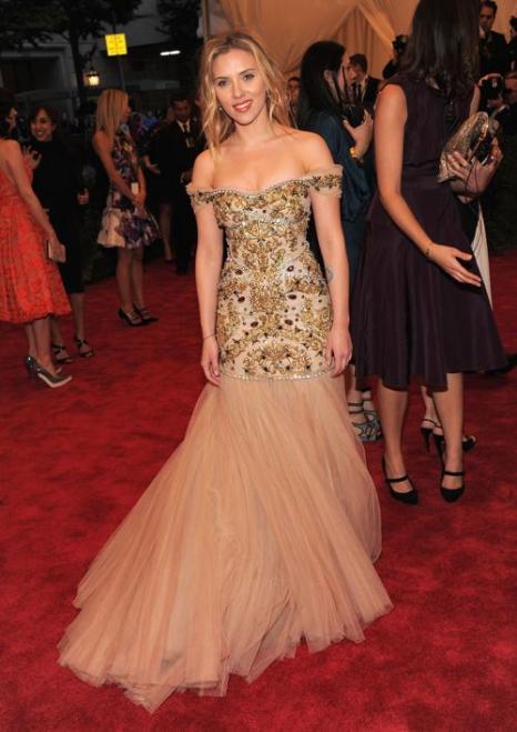 Скарлетт Йоханссон (Scarlett Johansson) на модном событии Нью-Йорка от «Эльза Скиапарелли и Миуччиа Прада». Фоторепортаж. Фото: Larry Busacca/Getty Images