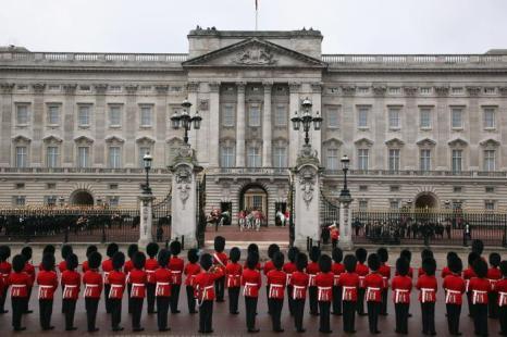 Королева Елизавета II покидает Букингемский дворец на королевской карете для участия в открытии сессии парламента. Фоторепортаж. Фото:  Dan Kitwood / Getty Images