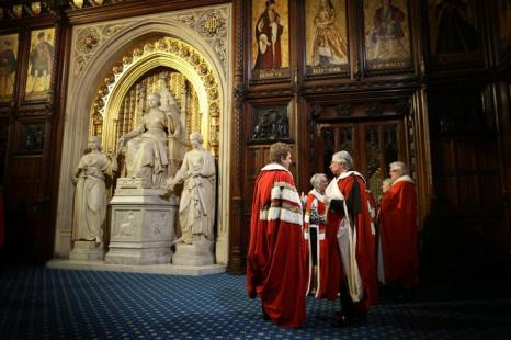 Члены Палаты лордов ожидают в палате князя Вестминстерского дворца начало открытия сессии парламента. Фоторепортаж. Фото:  Peter Macdiarmid/Getty Images