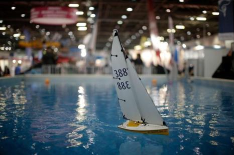 Посетители играют с дистанционным управлением лодки на яхт-шоу London Boat Show в Лондоне, 12 января 2013 года. Фото: Matthew Lloyd / Getty Images