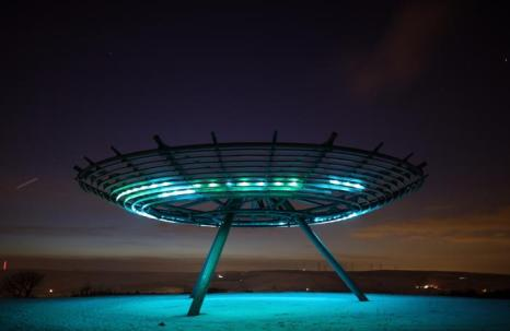 Установка паноптикум Halo ночью освещает заснеженные земли Россендейла, Северная Англия, 15 января 2013 года. Фото: Christopher Furlong/Getty Images