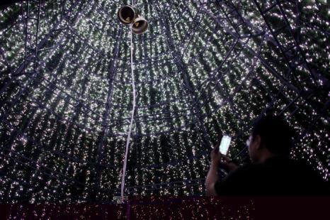 Человек внутри большой ёлки на Орчард Роад. Фото: Chris McGrath / Getty Images