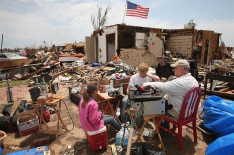 В штате Оклахома проводят восстановительные работы после Торнадо. Фото: Scott Olson/Getty Images