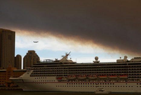 Прибрежный австралийский город Сидней окружён с трёх сторон лесными пожарами. Фото: GREG WOOD/AFP/Getty Images