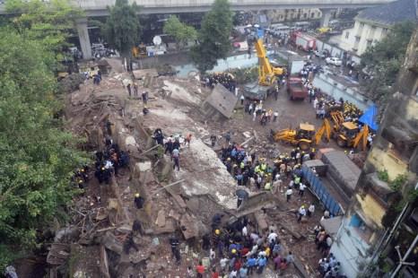 Под завалами рухнувшего в Индии дома остаются люди. Фото: INDRANIL MUKHERJEE/AFP/Getty Images