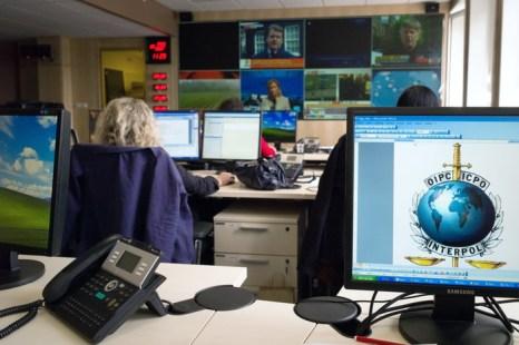 Поседневная работа в главном управлении Интерпола в Лионе, Франция.  Фото: JEAN-PHILIPPE KSIAZEK/AFP/Getty Images