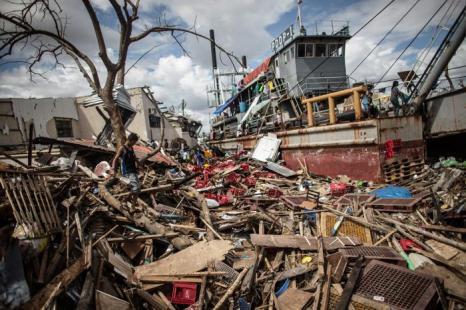 Число жертв супертайфуна на Филиппинах насчитывает 5,8 тысячи человек. Фото: Dan Kitwood/Getty Images
