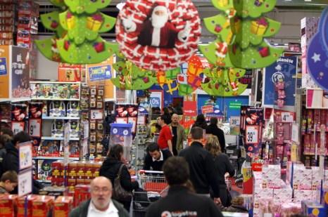 Официально пятница является рабочим днём, но многие американцы берут дополнительный выходной, чтобы сделать подарки к предстоящему Рождеству. Фото: KENZO TRIBOUILLARD/AFP/Getty Images