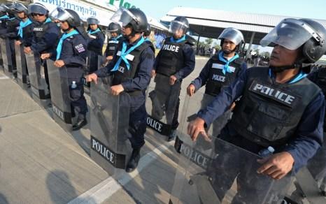При режиме чрезвычайного положения запрещается собираться группам более пяти человек, вводится комендантский час, усиливается цензура СМИ, у полицейских значительно расширяются полномочия для арестов. Фото: PORNCHAI KITTIWONGSAKUL/AFP/Getty Images