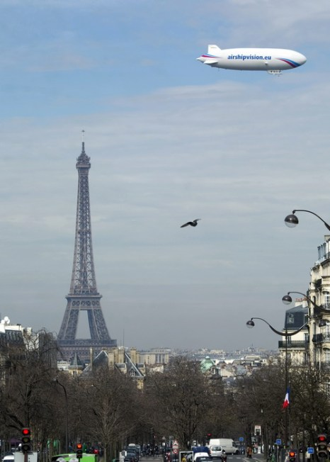Над Парижем летает дирижабль. Фото: MIGUEL MEDINA/AFP/Getty Images