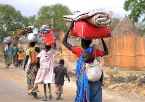 Более 800 тысяч жителей Южного Судана вынуждены были оставить свои дома из-за недавно произошедшего военного столкновения. Фото: SIMON MAINA/AFP/Getty Images