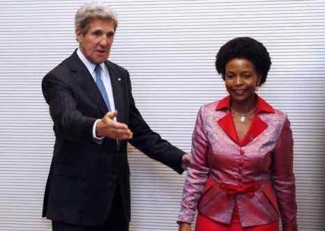 Джон Керри и министр международных отношений и сотрудничества Южно-Африканской Республики Маите Нкоана-Машабане. Фото: JIM YOUNG/AFP/Getty Images